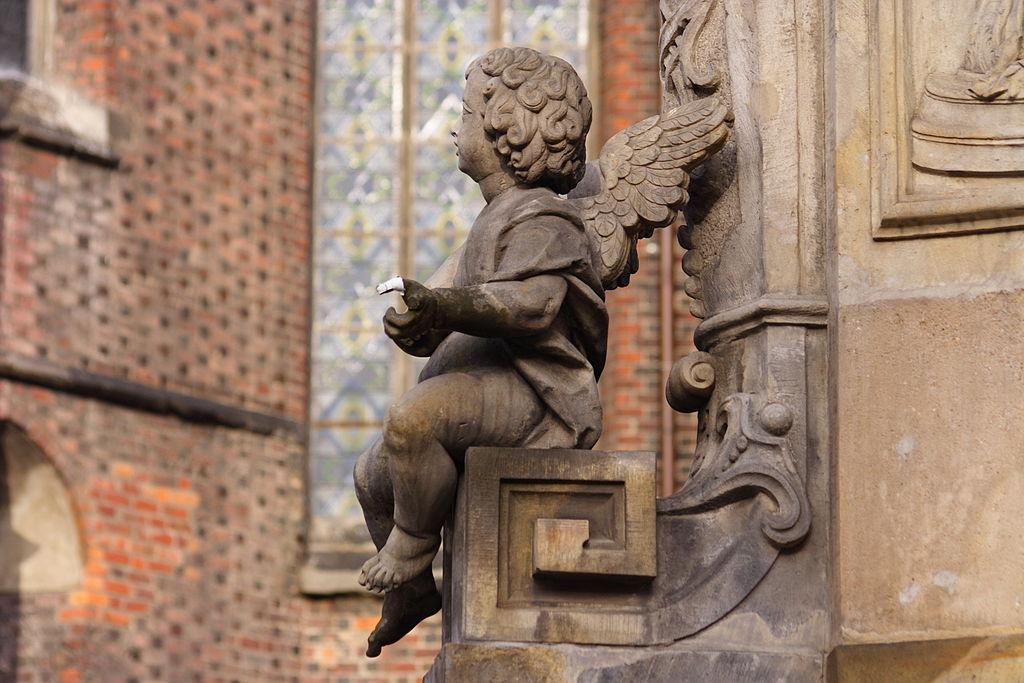 Angelot prenant la lumière du soleil sur la cathédrale de Wroclaw.