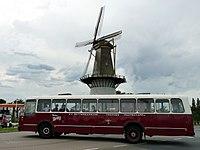 Spijkenisse molen Nooit Gedacht met oude bus De Walvis.jpg