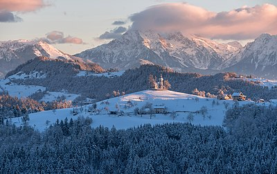 Slika:St. Thomas church on a winter morning.jpg