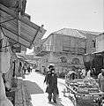 Straatverkoper met paard en wagen en voorbijgangers op straat, Bestanddeelnr 255-2486.jpg