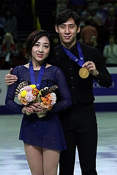 Sui Wenjing and Han Cong at the World Championships 2019 - Awarding ceremony.jpg