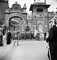 Szent György tér, József főhercegi palota kapuja. Szent István-napi ünnepség. Fortepan 23027.jpg