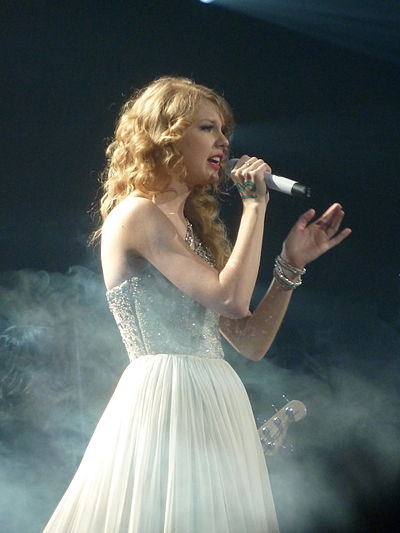 Taylor Swift 24 - Live in Paris - 2011.jpg