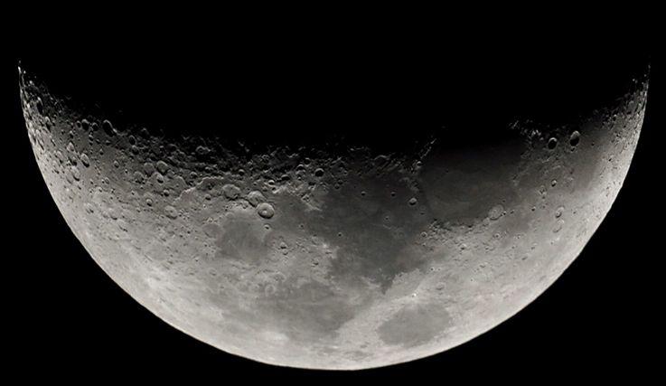 ماه، نگین آسمان سیاه شب