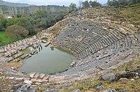 Helenistik dönemde güney tepenin kuzey yamacında inşa edilen tiyatro, kapasitesi yaklaşık 10.000 seyirci, Karya, Türkiye (20672152612) .jpg