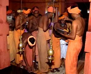 Thirunamam - Payyan Bala Janathipathi smearing Thirunamam for devotees in Vatakku Vasal