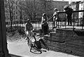 Torkkelinkatu 19. Lapsia keikkumassa portaiden kaiteella kevätauringon paisteessa Torkkelinkatu 19-n pihalla - ser031431 - hkm.HKMS000005-km0000nyrj.jpg