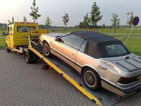 Een auto op de lepel van een Lepelwagen