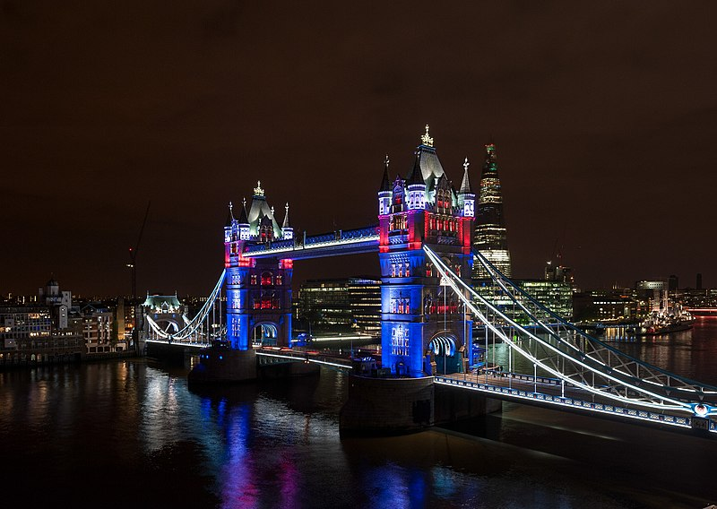 File:Tower Bridge from Guoman Hotel red white and blue lighting.jpg