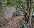 Tuinmuur met kleine steunbeertjes, bomen in de tuin - Sambeek - 20340894 - RCE.jpg