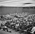 Vergaderzaal van de Verenigde Naties met achterin de hoofdtafel en vooraan de pu, Bestanddeelnr 191-0752.jpg