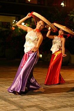 В єтнамські танцюристки