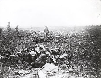 English: Canadian machine gunners dig themselv...