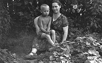 English: Vladimir Putin with his mother, Maria...
