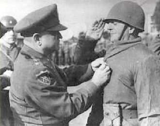 Turkish Brigade - Turkish Brigade commander General Tahsin Yazıcı receiving the Silver Star from Lieutenant General Walton Walker (December 15, 1950).