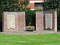 Warmenhuizen - Oorlogsmonument op de hoek van de Dorpsstraat en de Posthoorn.jpg