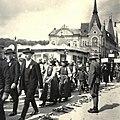 Wesselényi Mikós utca (Strada Regele Ferdinand) a Szamos-híd felé nézve. Küldöttség a magyar csapatok bevonulása idején. Fortepan 76949.jpg