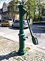 Westend Karolingerplatz Wasserpumpe 03.jpg