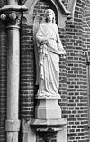 westgevel, engelen beeld, rechts van de ingangspartij - tilburg - 20345149 - rce