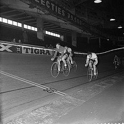 Wielerzesdaagse in het sportpaleis te Antwerpen Van links naar rechts Jan Derk, Bestanddeelnr 909-3571.jpg