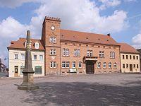 Zörbig, Rathaus, Postmeilensäule.jpg