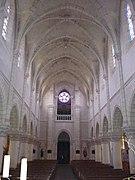 Photographie en couleurs de l'intérieur de la nef d'une église.