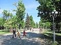 Сквер ім. Молодої гвардії в Луганську. Аллея, вид з вул.Совєтської. Lug-163.JPG
