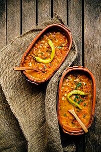 Un tavtché gravtché, plat traditionnel de Macédoine, servi avec du piment long. (définition réelle 4480×6720)