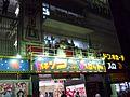 篠田麻里子在AKB48劇場外講話.jpg