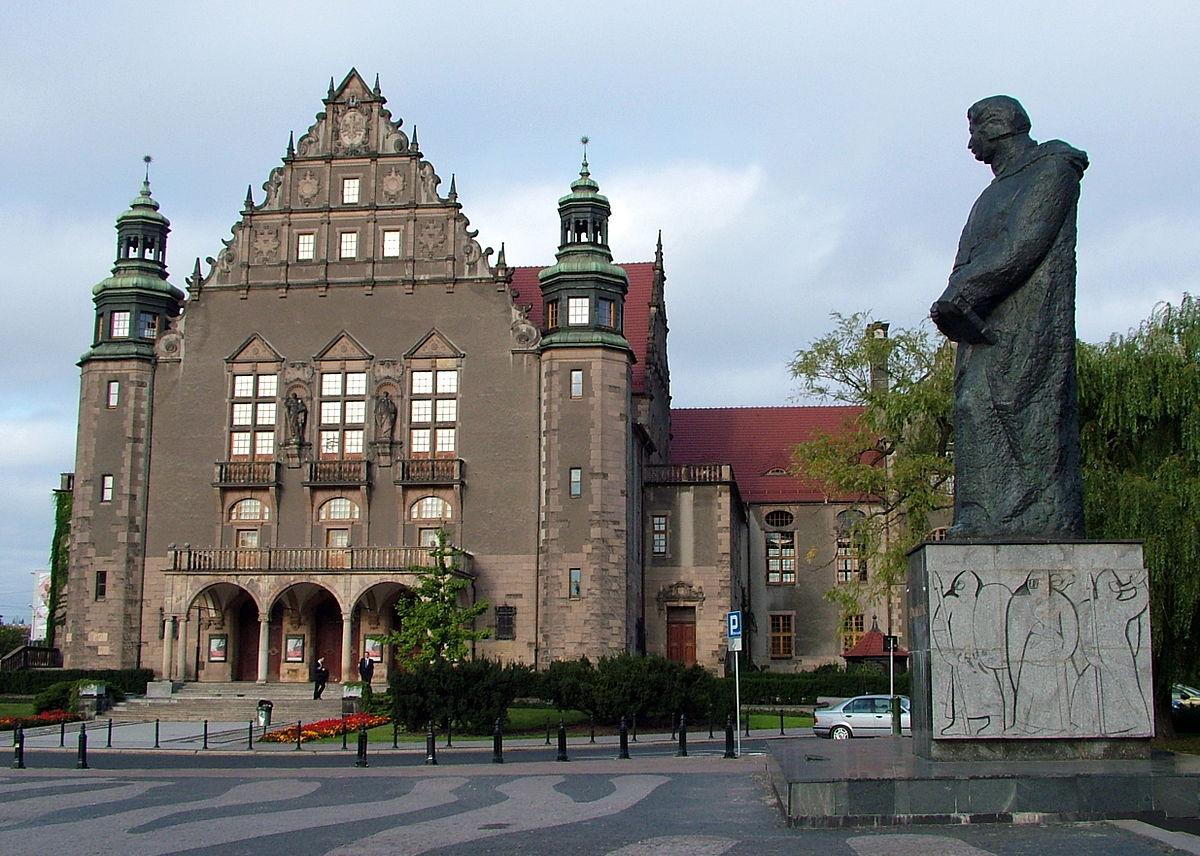 https://upload.wikimedia.org/wikipedia/commons/thumb/9/9a/2008-09_Poznan_Uni_und_AM.JPG/1200px-2008-09_Poznan_Uni_und_AM.JPG