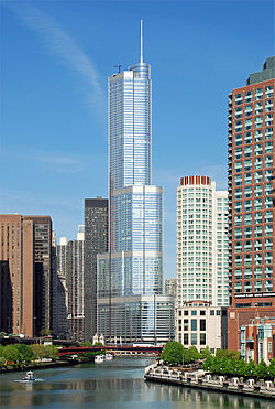 Trump International Hotel and Tower Chicago Riversilta katsottuna.