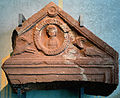 200909161110MEZ Giebelfragment eines Grabsteins, Gräberfeld Osterburken-Affeldürn, 2. H 1. bis 2. H. 3., Bild des Verstorbenen flankiert von 2 Capricornen, Römermuseum Osterburken.jpg