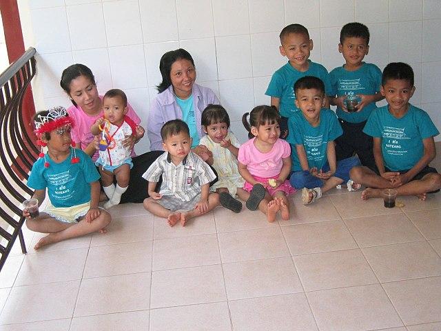 Un orphelinat pour enfants malades du sida au Cambodge, photo Cambodia4kids.org Beth Kanter. Cliquer sur la photo pour lire le témoignage les concernant (en anglais).