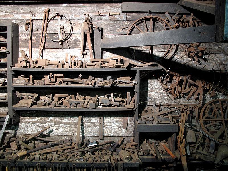File:5 tools at a artist blacksmith place.JPG