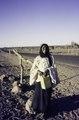 ASC Leiden - van Achterberg Collection - 01 - 14 - Une femme touareg souriante, un jerrican à la main, demande de l'eau sur la route asfaltée entre Arlit et Agadez - Arlit, Niger - Agadez, Niger, février 1985.tif