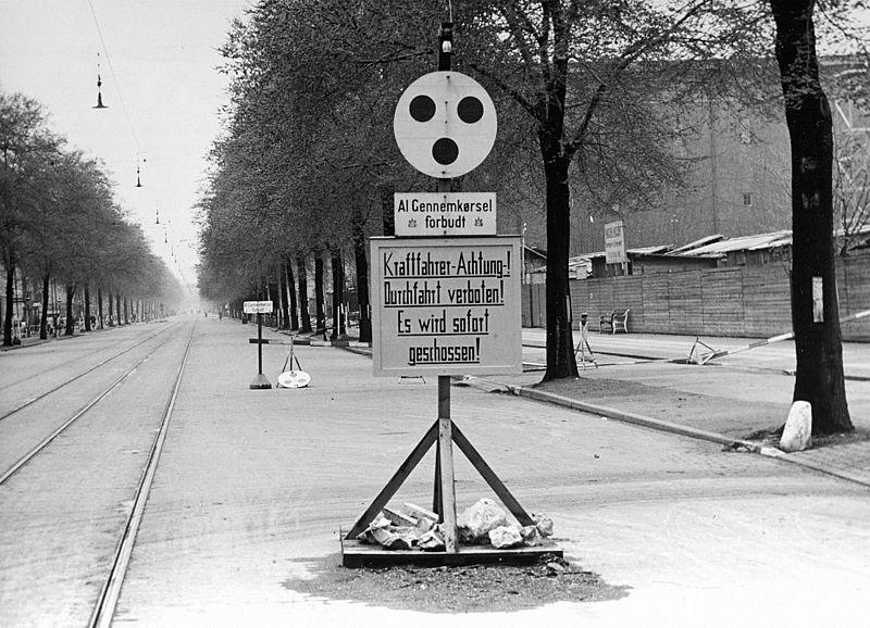 Advarselsskilt med forbud mod at køre forbi Frimurerlogen på Blegdamsvej i København i maj 1945. Frimurerlogen var Schalburgkorpsets kommandantur fra september 1943 (7392538354).jpg