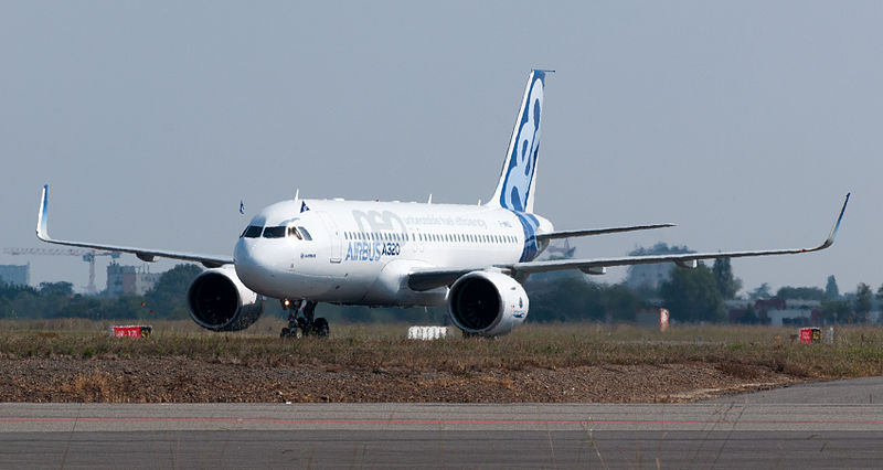 https://upload.wikimedia.org/wikipedia/commons/thumb/9/9a/Airbus_A320neo_landing_06.jpg/800px-Airbus_A320neo_landing_06.jpg