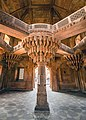 Akbar's Throne and central pillar, Fatehpur Sikri.jpg