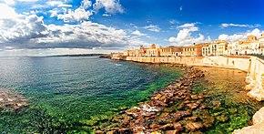 La scogliera del Lungomare Alfeo nell'isola di Ortigia.