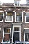 foto van Pand met gevel met rechte kroonlijst bogen met natuurstenen blokken boven de vensters
