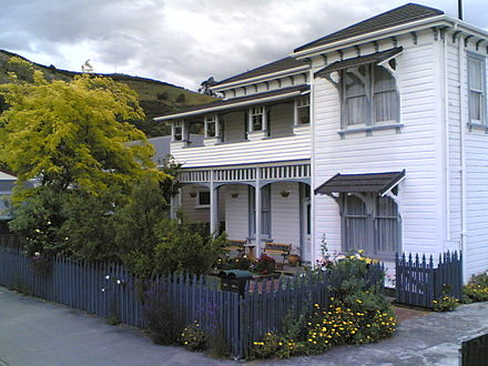 Amber House, a weatherboard colonial characteristic of much of New Zealand's residential architecture Amber House, Nelson, New Zealand, 2005-11-16T01-33Z.jpg