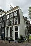 foto van Hoekhuis met gevel onder gesneden lijst met dakkapel en met geblokte pui
