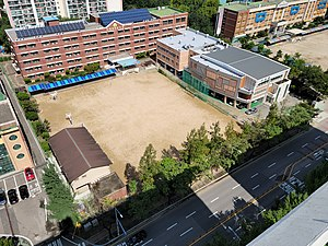 Anyang Buheung Middle School, Photographed from the 203 Eunhasu Byucksan Apartment rooftop.jpg