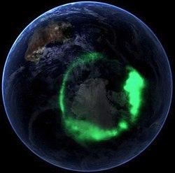 La aurora austral (11 de septiembre de 2005) tomada por el satélite IMAGE, digitalmente solapada a una fotografía Canica Azul.
