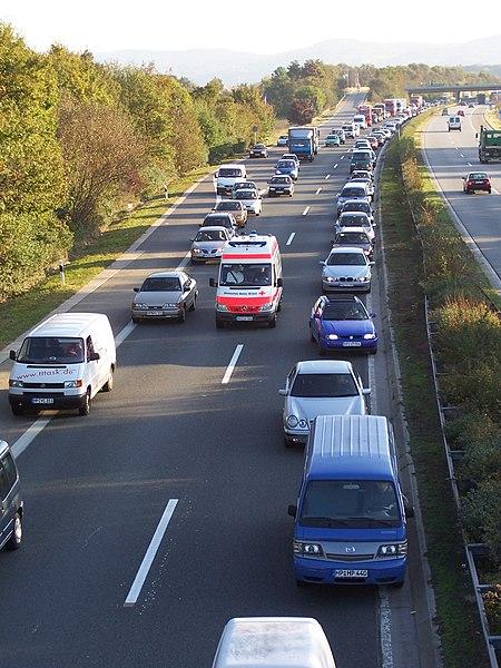 Ein Verkehrsstau nach einem Unfall auf der BAB 659 bei Viernheim mit einer Rettungsgasse für einen Rettungswagen (Quelle: Wikipedia)