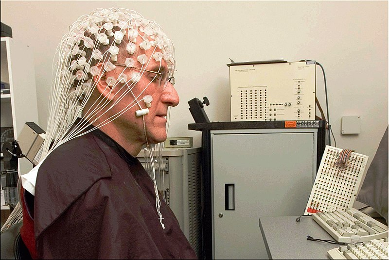 Fichier:Barry Kerzin meditating with EEG for neuroscience research.jpg