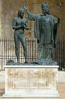 Baptême de Clovis 1er, roi des Francs, par St Rémi, représenté derrière la Basilique Saint Rémi à Reims (1996) de Daphné du Barry.