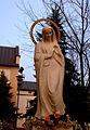 Bełchatów, figura Matki Bożej przed kościołem pw. Narodzenia Najświętszej Maryi Panny (Aw58) DSC01254.JPG