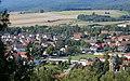 Blick auf den Lasfelder Dorfkern mit Sportplatz (Osterode am Harz).jpg