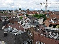 Blick vom Freiburger Schwabentor, am Horizont Uni-Turm, Martinstor, Stadttheater und Bahnhofsturm.jpg